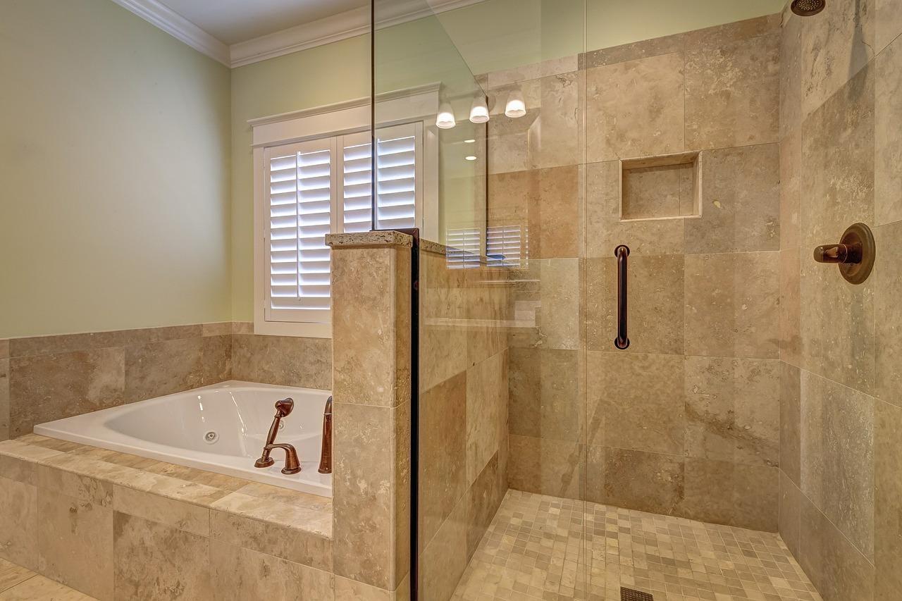 Une verrière en couleur pour la salle de bains, c'est tendance